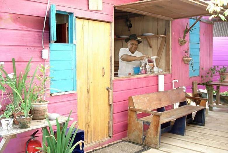 Viajes a Panama | Bar colorido en Bocas del Toro